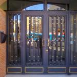 Puerta de portales con decoracion en laton