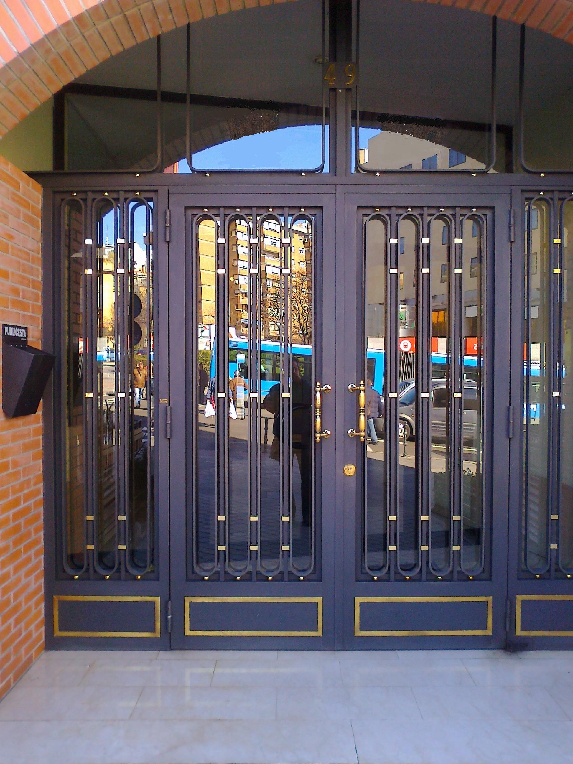 Puertas de hierro y forja portales cerrajer a met lica - Medidas puerta entrada ...